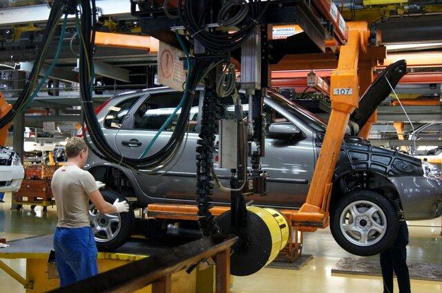 Производство автомобилей в России сократилось более чем на четверть
