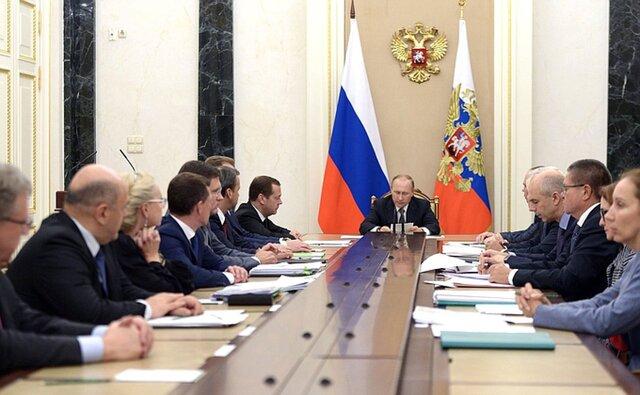 «Экономика преодолевает спад, но положительные тенденции все еще неустойчивы»— Путин
