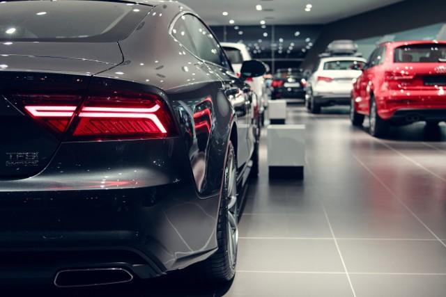 Продажи машин в РФ упали за год, в 2017 г - вырастут