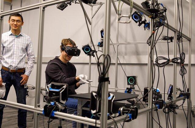 Цукерберг продемонстрировал перчатки виртуальной реальности Oculus
