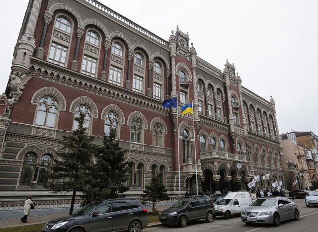 Порошенко раздумывает над санкциями против украинской «дочки» Сбербанка
