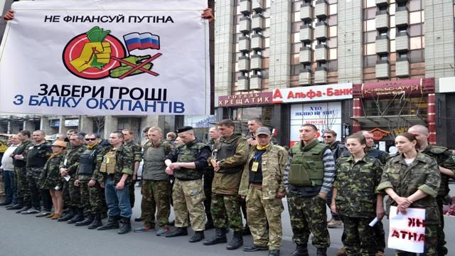 Азаров: Киев намерен взять российские банки даром