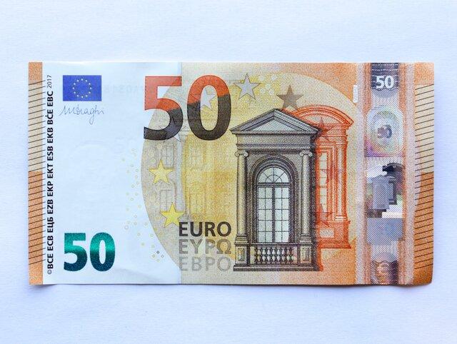 ЕЦБ ввел вобращение новые 50евро