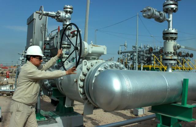 Избыток нефти толкает цены к мартовским минимумам