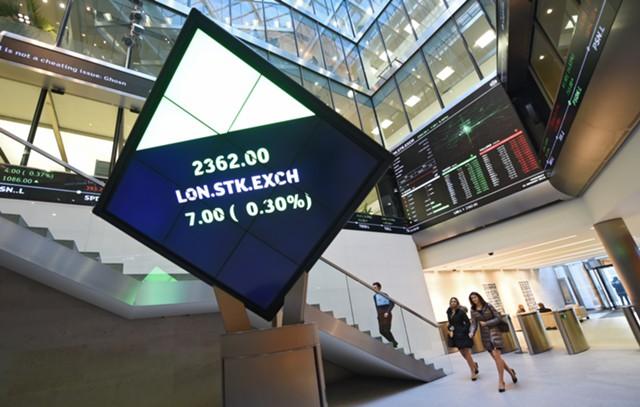Акции в Европе падают после снижения рейтинга Китая