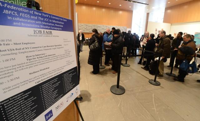 Число заявок по безработице в США выросло на 3 тыс.