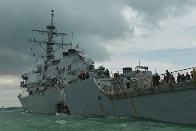 Эсминец ВМФ США пострадал от столкновения с танкером