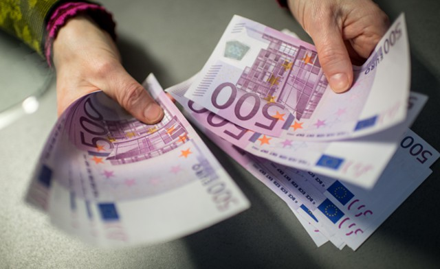 Курс евро упал ниже 68 рублей впервые с июля