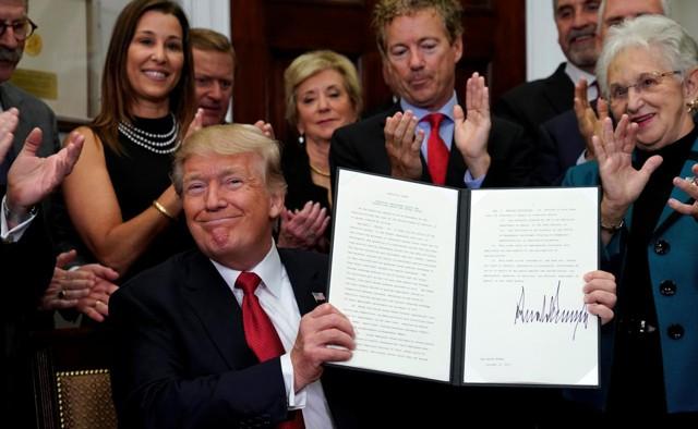Трамп подписал указ о начале отмены Obamacare