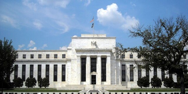 Политика ФРС полностью абсурдна?