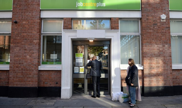 Занятость в Британии снижается второй месяц подряд