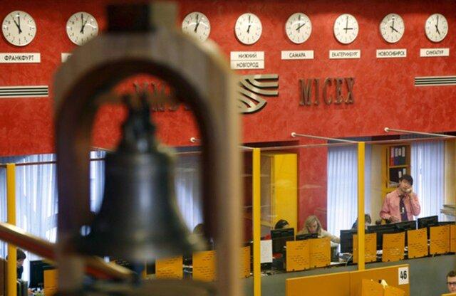 В ходе торгов на Московской биржи доллар упал ниже 57 рублей