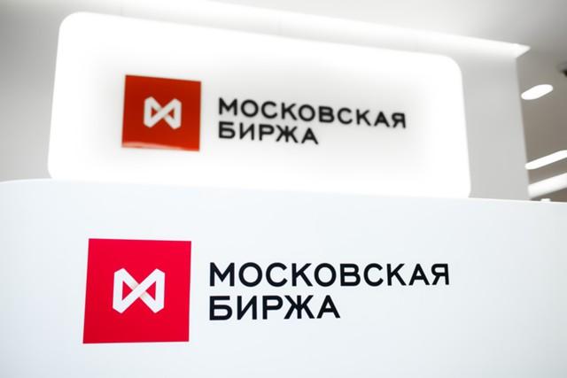 Рубль немного снизился к бивалютной корзине