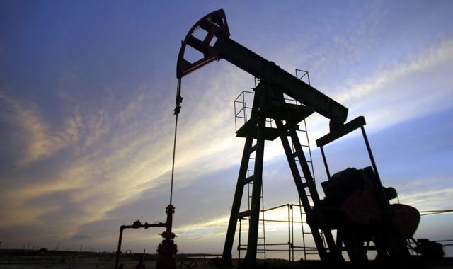 Цены на нефть снизились на фоне укрепления доллара