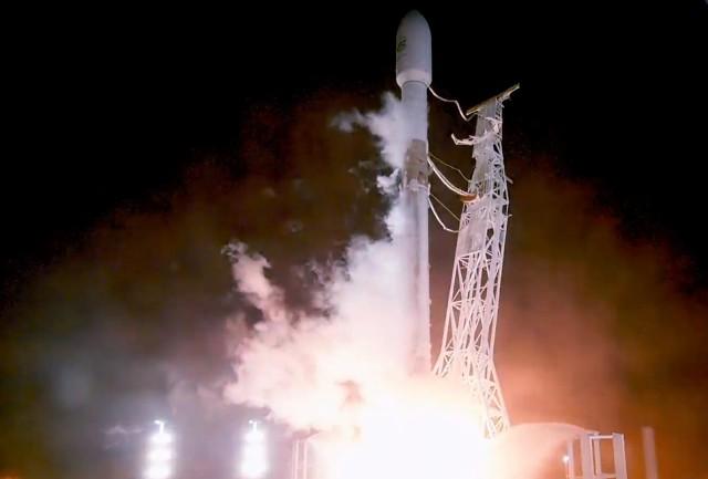 SpaceX запустила первые два интернет-спутника