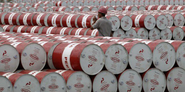 Из-за сокращения запасов нефти вСША, рухнули мировые цены нанефть