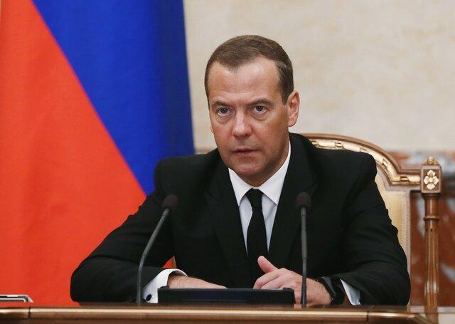 Медведев поручил проработать эффективные ответные меры насанкции США